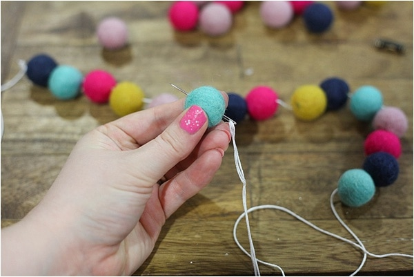 easy felt ball garland_0005