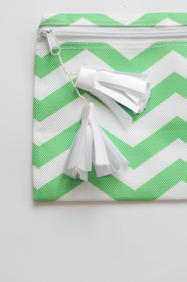 This gift for a new mom is not only practical, but it's pretty! Help mom take care of herself as she's taking care of baby. Plus, I love this super simple method of making tassels!_0024