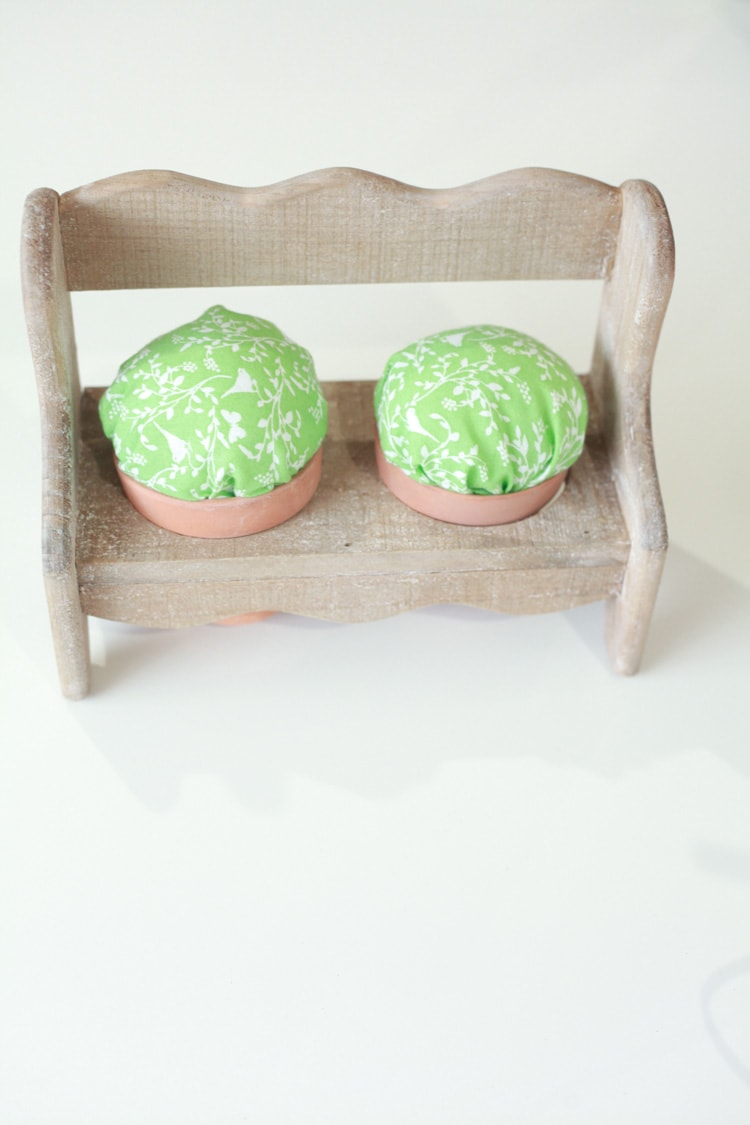 This easy-to-make and adorable pin cushion is perfect for an easy DIY Mother's Day gift! Totally pinning this for later.