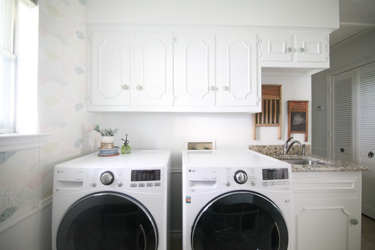 This laundry room makeover is awesome! It's bright and full of personality- check it out!