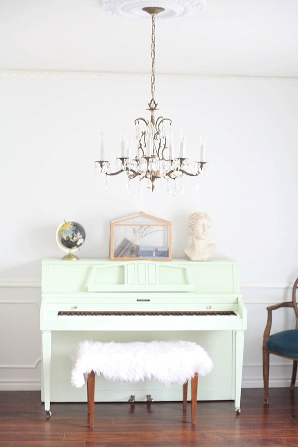 Ever wondered how to pant a piano? Learn how to paint your piano with no sanding or prep! You can custom-mix any color and have it done in an hour. Love this mint piano color!