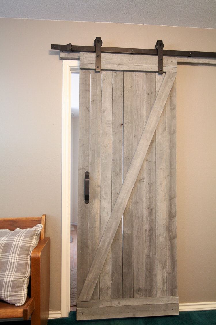 This Easy To Make Rustic Barn Door Is Beautiful And Easy To Make! I Love