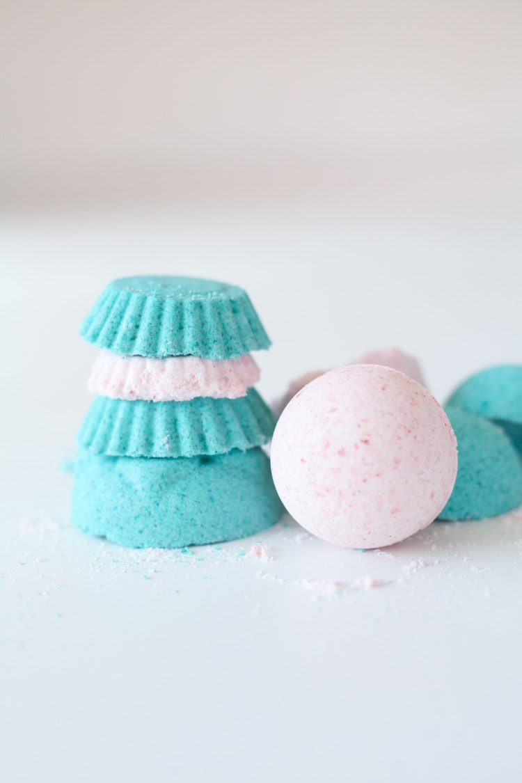 These easy diy bath bombs are awesome and took just a few minutes to make! They smell so good thanks to essential oils… they are just as good as the ones at Lush! I love bath bombs!