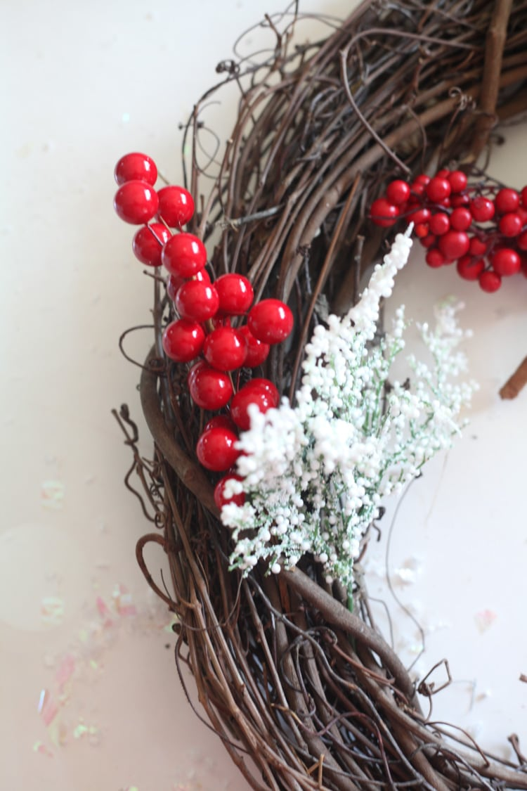 Easy diy Christmas wreath for the front door! This rustic grapevine wreath takes just minutes to make! #christmasdiy #easydiy #christmaswreath