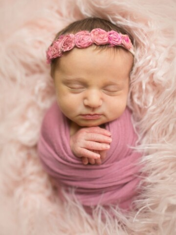 Love this girl newborn photo idea! So sweet.