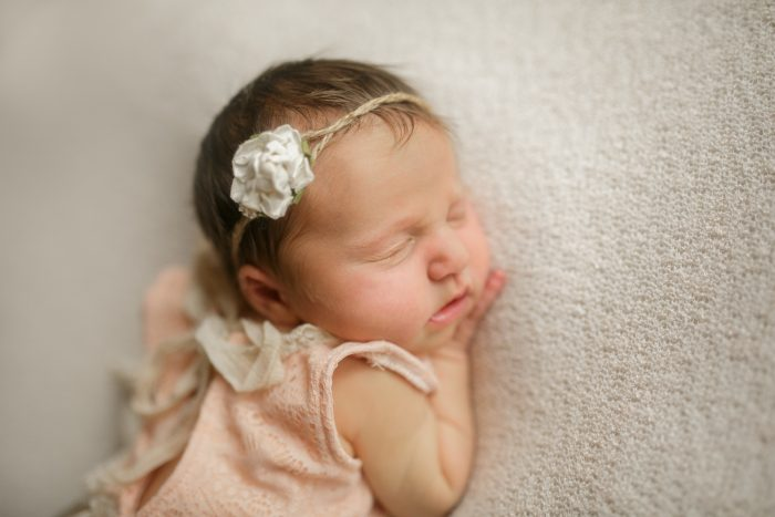 Love this girl newborn photo idea! So sweet.