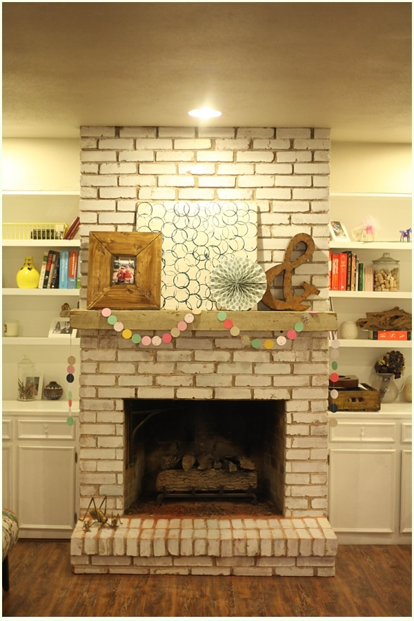 How to install a floating mantle - this fireplace makeover is so helpful!